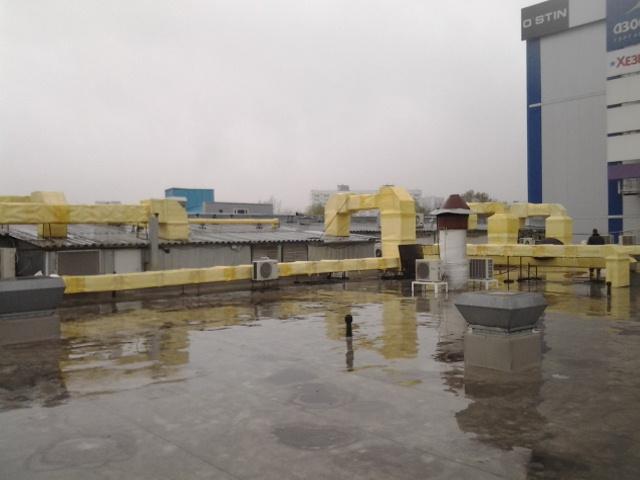 Производимые теплоизоляционные работы на крыше спорткомплекса